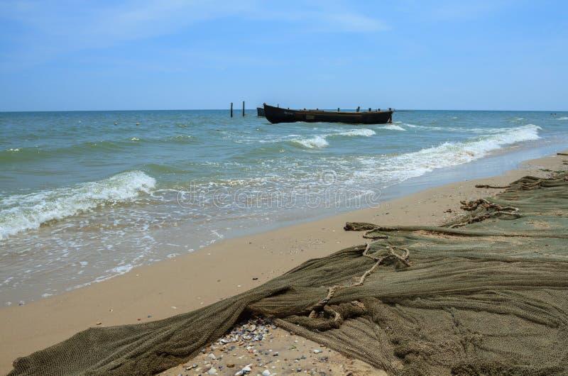 鱼网和小船在海 免版税库存图片