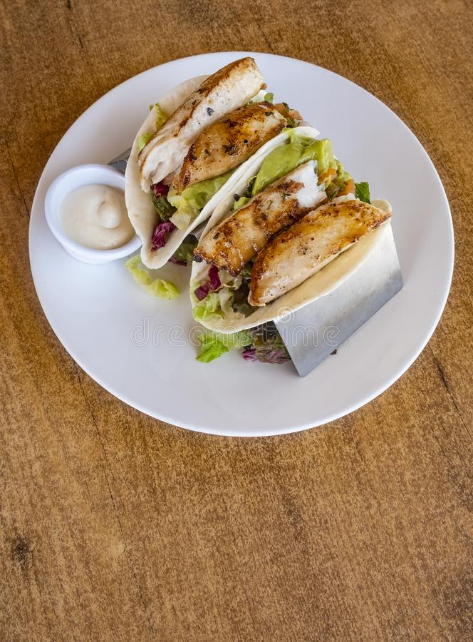 鱼肉玉米卷在餐馆1服务 免版税库存图片