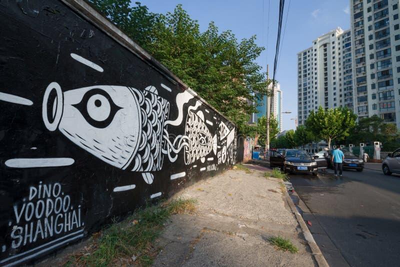 鱼街道画和街道艺术在Mogahnshan路和现代大厦在普陀山区 住宅摩天大楼在上海 免版税库存照片