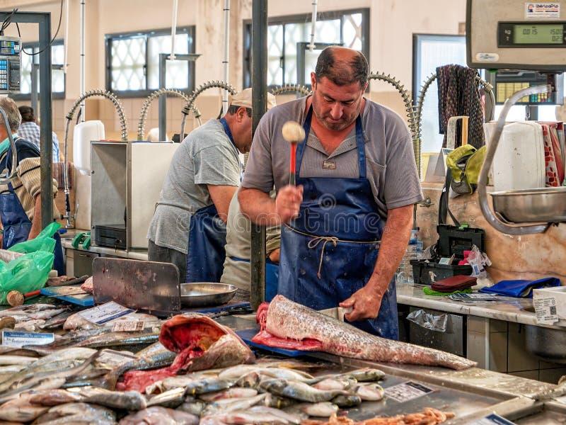 鱼贩子在Fuseta市场霍尔,阿尔加威东部,葡萄牙上 图库摄影