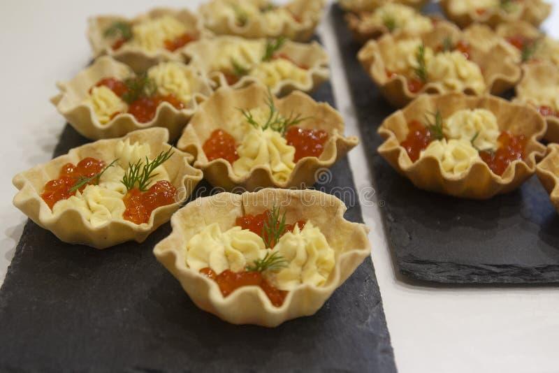 鱼鱼子酱快餐和蛋黄调味汁的家制面包果子馅饼 免版税图库摄影