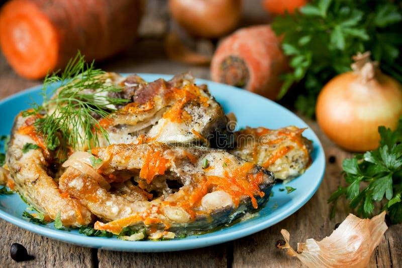 鱼Escabeche与菜,用卤汁泡的鱼的用葱和 免版税库存照片