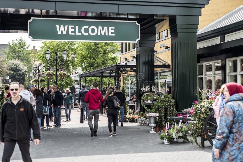鲁尔蒙德,荷兰07 05 走动在Mc亚瑟幽谷设计师出口购物中心区域的2017个人 图库摄影
