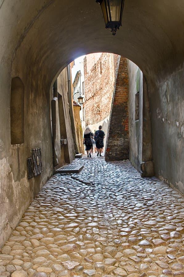 鲁布林,波兰,在拱道下的老镇段落 库存照片