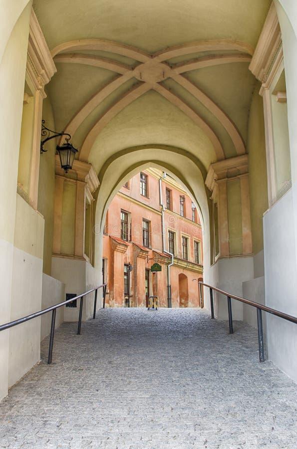 鲁布林,波兰,在拱道下的老镇段落 图库摄影