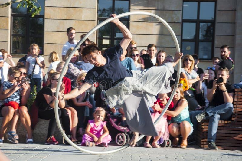 鲁布林,波兰2017年7月29日-街道执行者跳舞机智在Lu城市空间安置的Carnaval Sztukmistrzow节日的轮子  免版税图库摄影