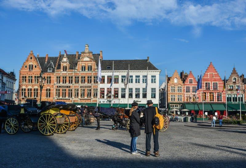 鲁汶大广场的人们在布鲁日,比利时 库存照片
