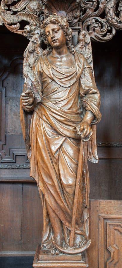 鲁汶-与香火形式圣Michaels教会(Michelskerk)的被雕刻的天使 免版税库存图片
