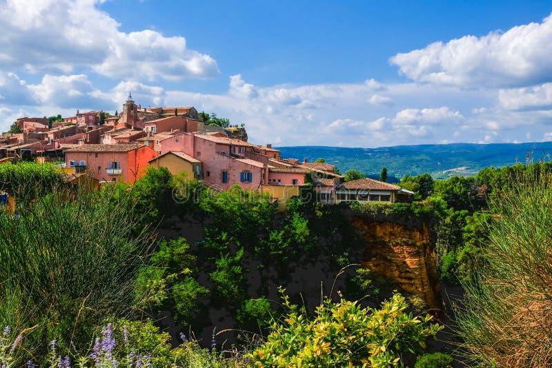 鲁西永 一法国的最美丽的村庄,位于茶黄储蓄 全景,普罗旺斯,法国 库存图片