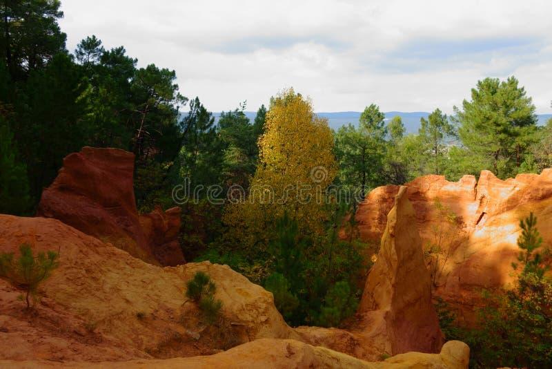 鲁西永 茶黄小山火星的风景  Sentier des Ocres 库存图片