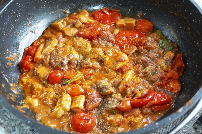鲈鱼用西西里人的西红柿调味汁 库存照片