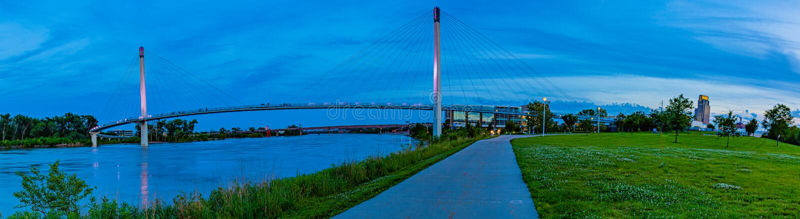 鲍伯克里脚桥梁奥马哈内布拉斯加蓝色小时照片  免版税库存图片