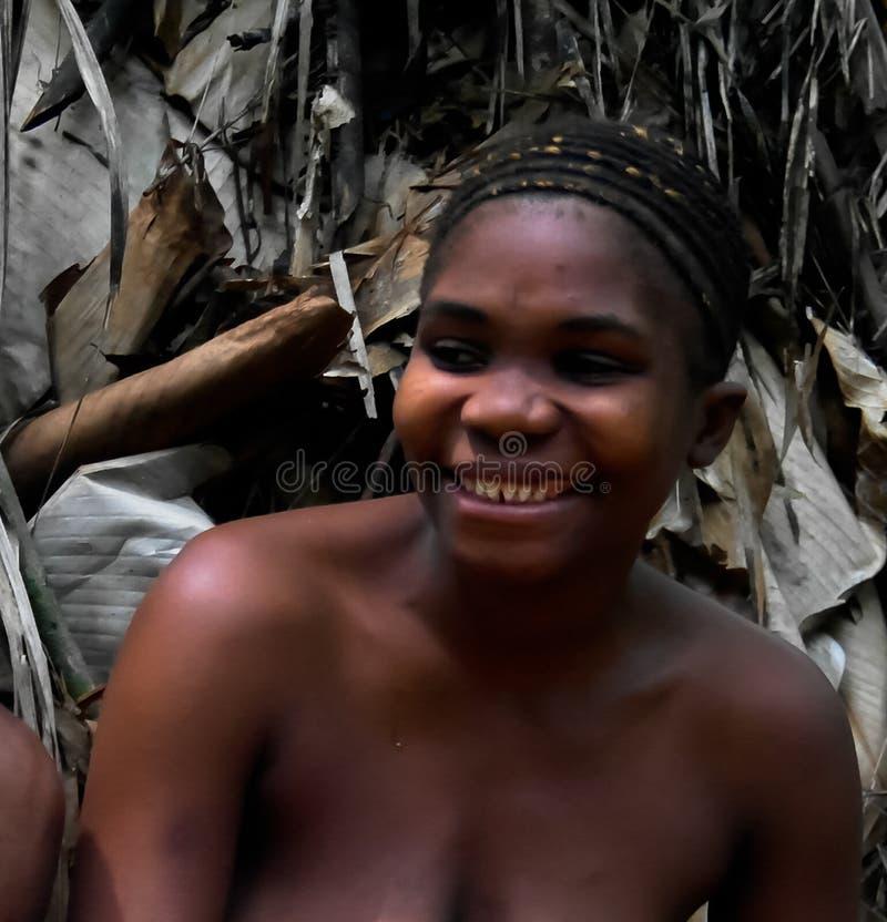 鲍卡Dja储备的,喀麦隆矮人妇女画象  免版税库存图片