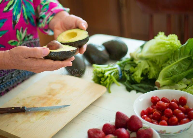 鲕梨和蕃茄沙拉烹调 图库摄影