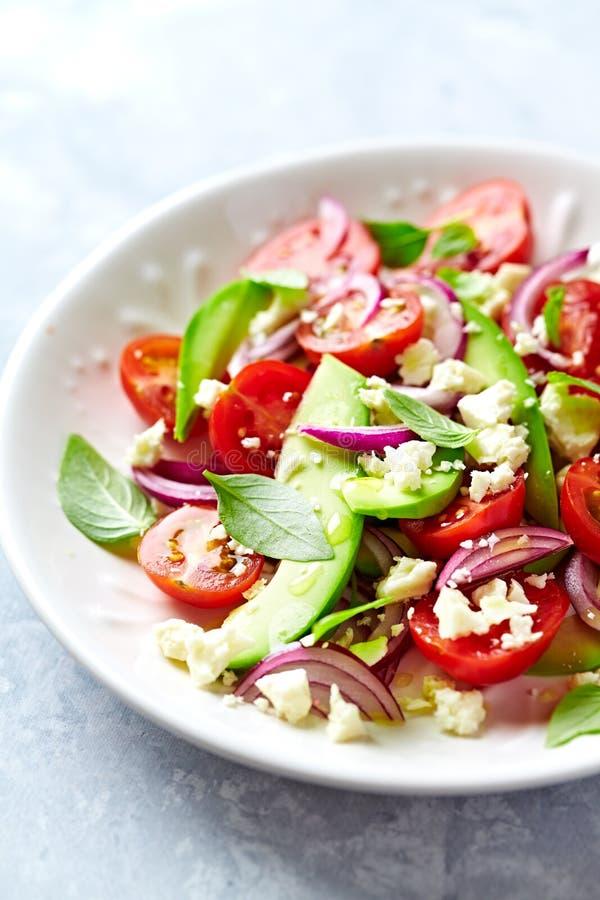 鲕梨和西红柿沙拉用希脂乳和泰国蓬蒿 免版税图库摄影