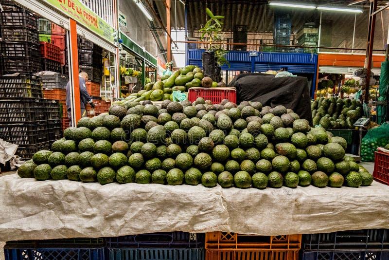 鲕梨在一个南美果子和素食者市场上 免版税库存图片
