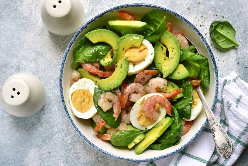 鲕梨沙拉用婴孩菠菜、虾和熟蛋 与拷贝空间的顶视图 免版税库存图片