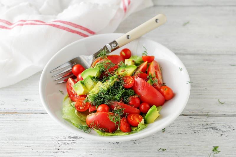 Download 鲕梨沙拉用蕃茄和绿色 库存图片. 图片 包括有 叶茂盛, 莴苣, 土气, 的吹嘘, 健康, 叶子, 沙拉 - 62539109