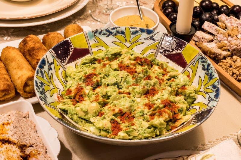 鲕梨沙拉用香料在饭桌上 免版税库存照片