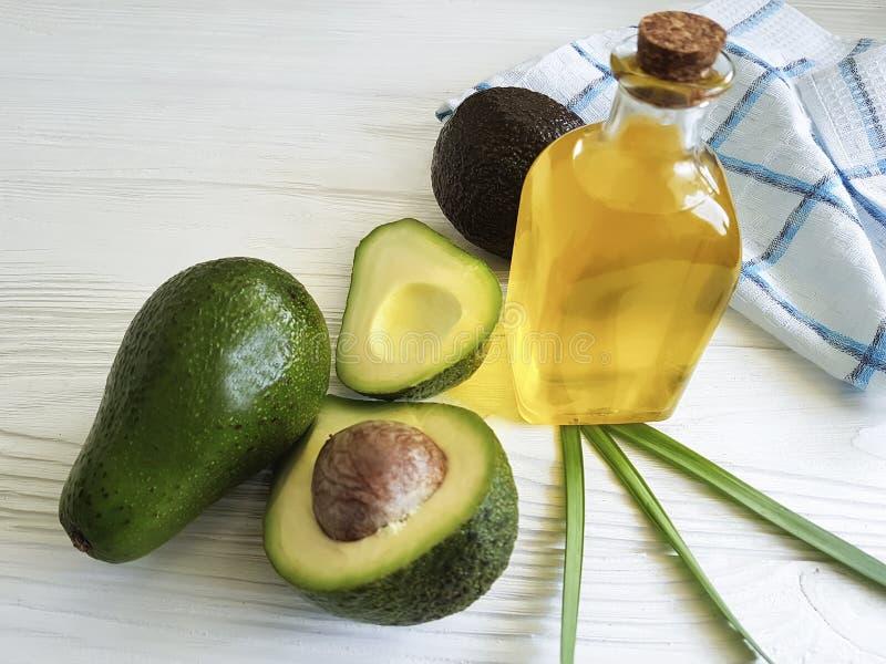 鲕梨油新自然成份健康白色木背景 免版税库存照片