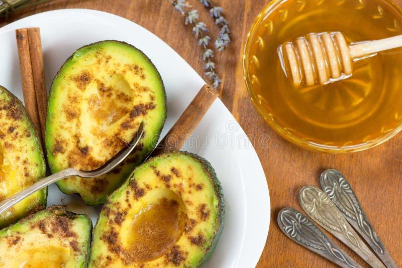 鲕梨用桂香和蜂蜜 免版税库存图片