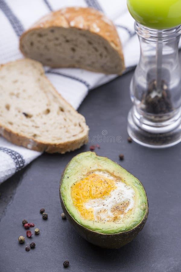 鲕梨用鸡蛋和乳酪 免版税库存图片