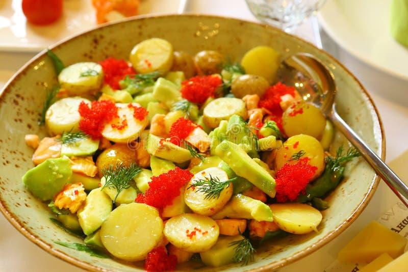 鲕梨鹌鹑蛋和土豆沙拉 免版税库存图片