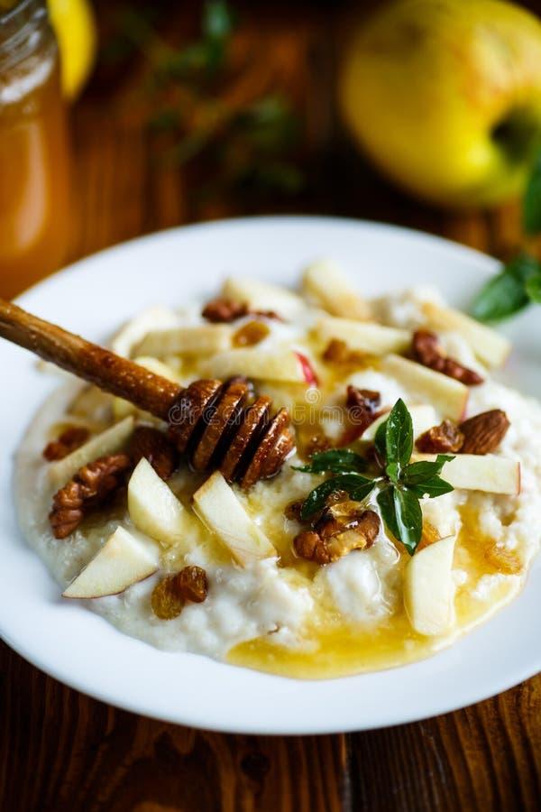 鲜乳燕麦粥用苹果、坚果和蜂蜜 库存图片