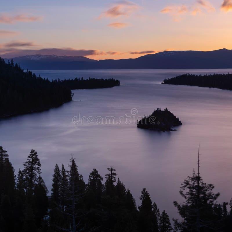 鲜绿色海湾和Fannette海岛日出的,南太浩湖,加利福尼亚,美国 免版税库存图片