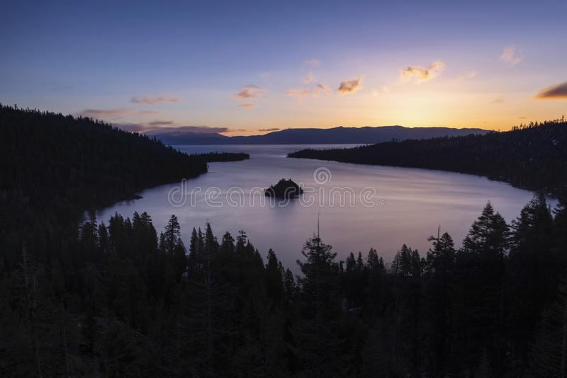 鲜绿色海湾和Fannette海岛日出的,南太浩湖,加利福尼亚,美国 库存照片