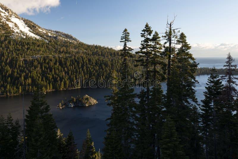鲜绿色海湾和Fannette海岛日出的,南太浩湖,加利福尼亚,美国 图库摄影