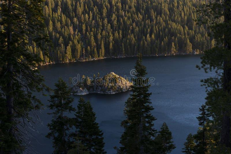 鲜绿色海湾和Fannette海岛日出的,南太浩湖,加利福尼亚,美国 免版税库存照片