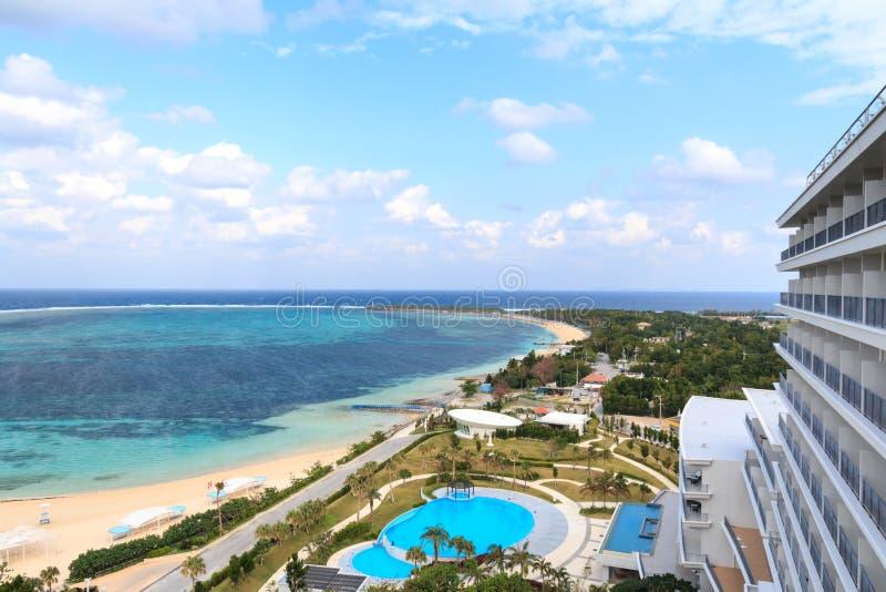 鲜绿色海滩风景在本部町,冲绳岛 免版税图库摄影