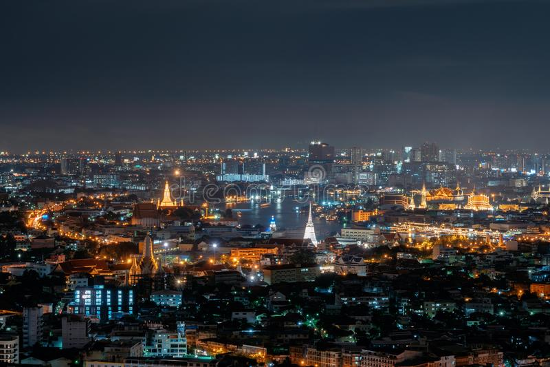 鲜绿色菩萨、曼谷玉佛寺、Wat Pho和skyscr的寺庙 免版税库存照片