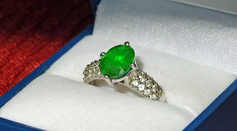 鲜绿色订婚婚戒银 库存图片