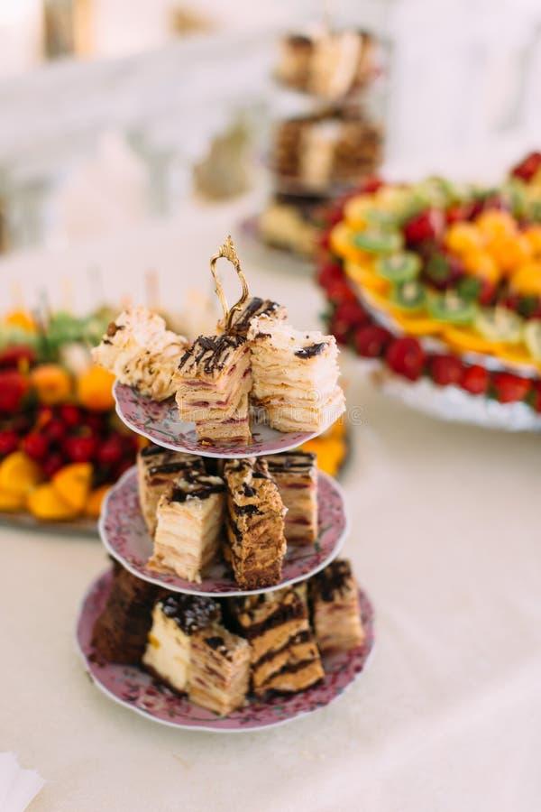 鲜美不同的蛋糕的垂直的看法在点心立场的 库存照片