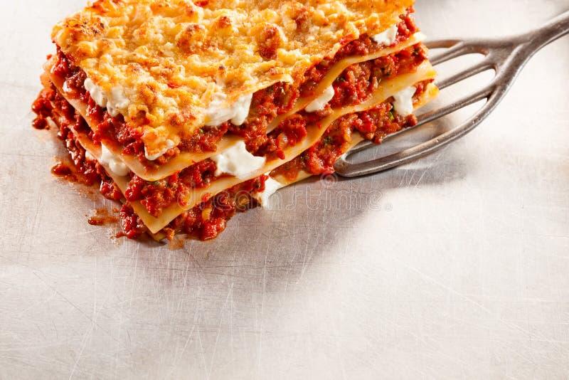 鲜美传统意大利烤宽面条服务  免版税库存图片