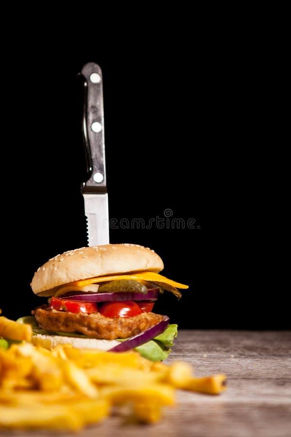 鲜美可口汉堡快餐在木背景下t的 免版税库存照片