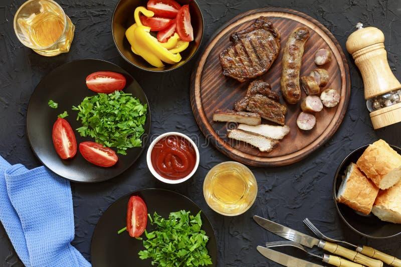 鲜美和水多的牛排,各种各样的新鲜蔬菜,顶面veiw 免版税图库摄影
