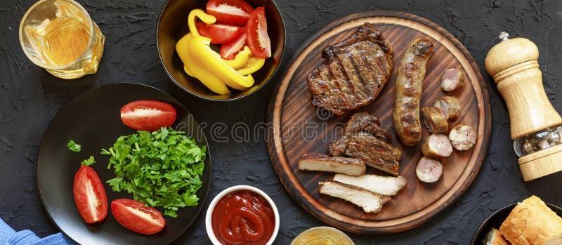 鲜美和水多的牛排,各种各样的新鲜蔬菜,顶面veiw 图库摄影