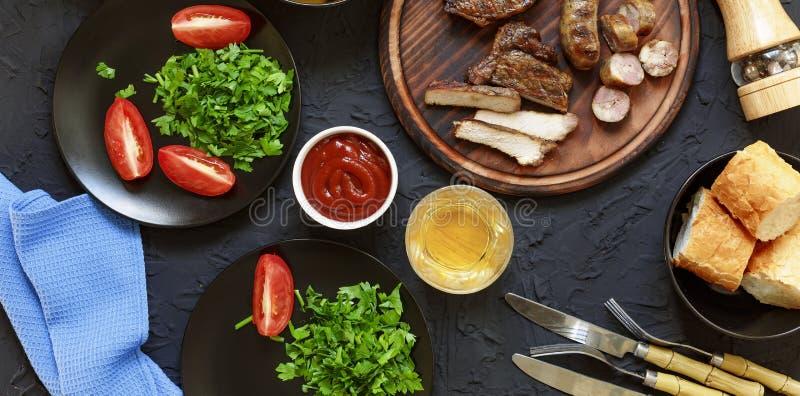 鲜美和水多的牛排,各种各样的新鲜蔬菜, 库存照片