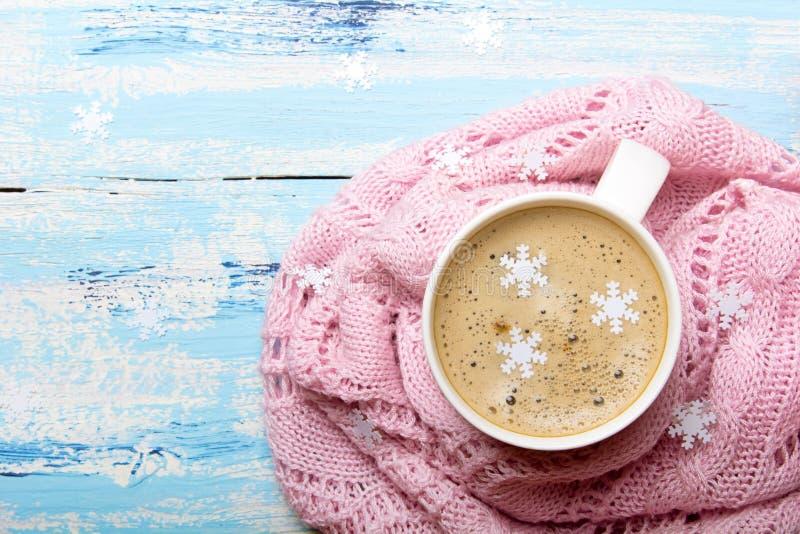 鲜美圣诞节咖啡或可可粉在蓝色木背景和桃红色桌布 库存图片