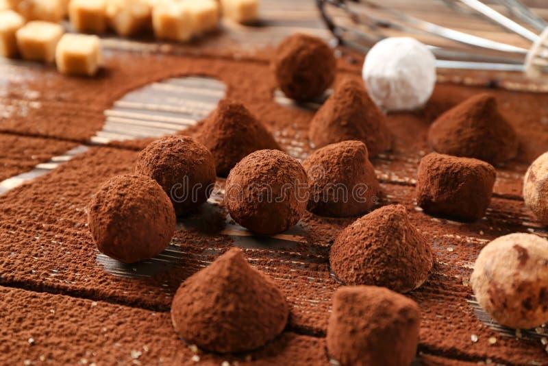鲜美块菌状巧克力搽粉与在桌上的恶 库存照片