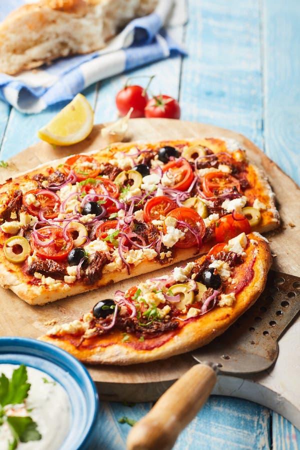 鲜美希腊薄饼用橄榄,希腊白软干酪,蕃茄 免版税库存图片