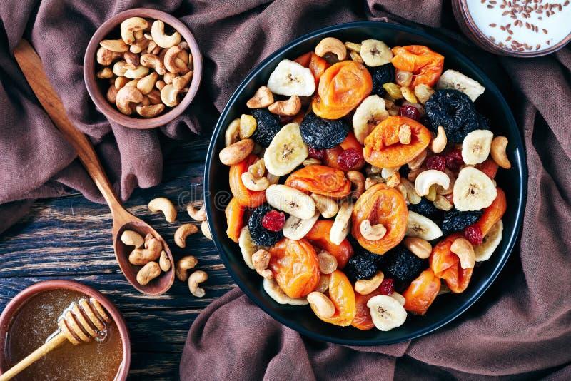 鲜美干果子和坚果混合碗 免版税图库摄影