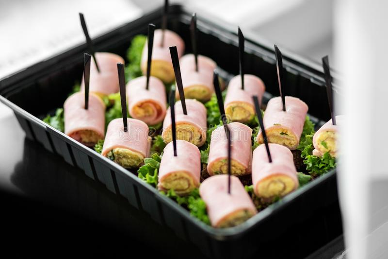 鲜美快餐用火腿和莴苣在饭盒 食物的概念,承办酒席,餐馆,党 库存照片