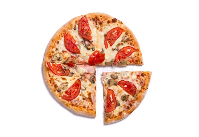 鲜美意大利薄饼顶视图用火腿和蕃茄与sli 免版税库存照片