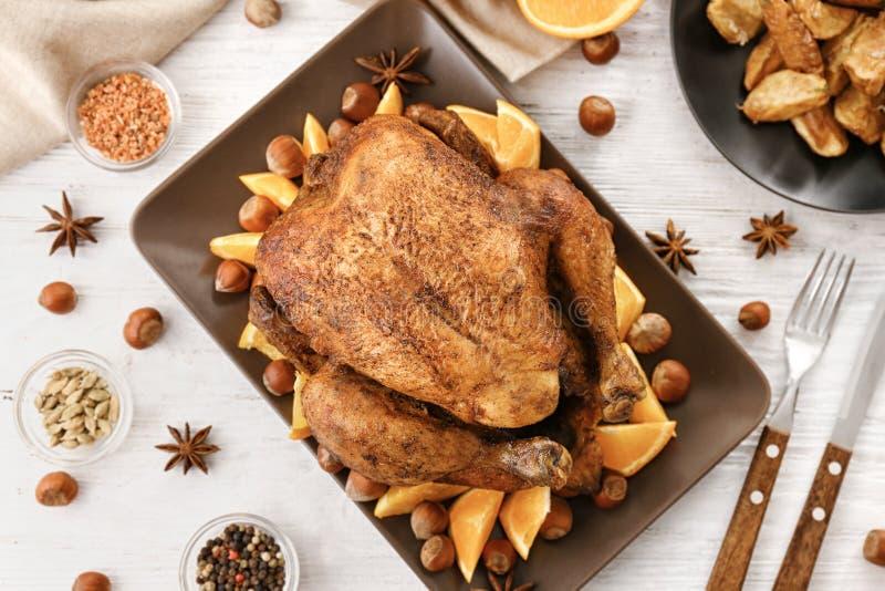 鲜美整个烤火鸡用切的桔子 免版税库存图片