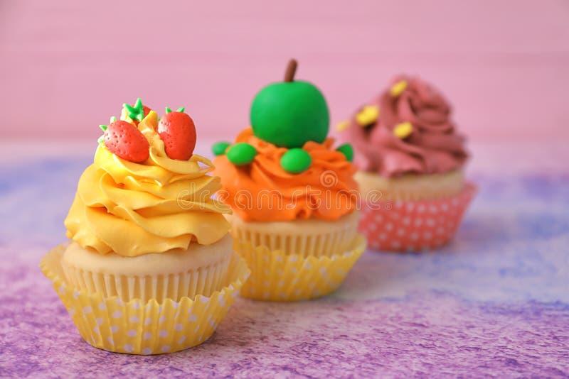 鲜美明亮的杯形蛋糕 免版税库存图片