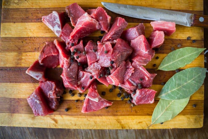 鲜美未加工的新鲜的水多的肉和刀子 库存图片